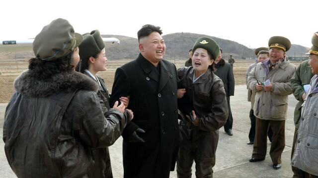 Kim Jong-Un, asaltat de admiratoare in timpul unei vizite la o baza militara