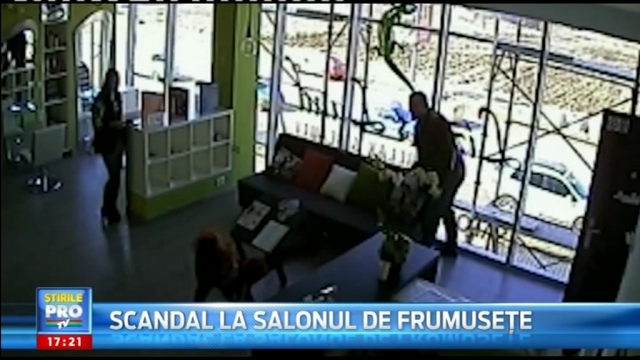 VIDEO. Momentul in care un barbat o loveste pe patroana unui salon de infrumusetare. Motivul este incredibil