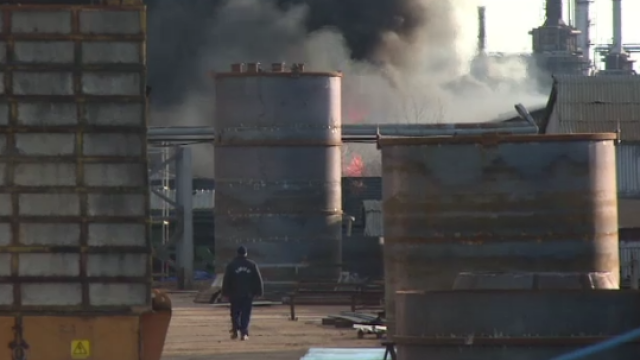 Incendiu puternic, langa o rafinarie din Pitesti. Doua cisterne cu bitum si motorina au luat foc