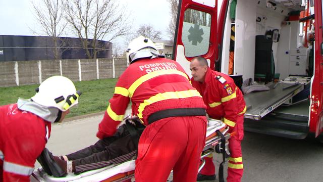 Doua persoane au ajuns la spital dupa ce masina in care se aflau a fost izbita de un alt autoturism