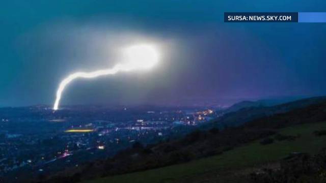 O furtuna de fulgere a oprit circulatia trenurilor Eurostar. O cladire a luat foc in Marea Britanie