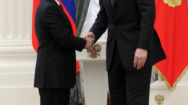 Imaginea saptamanii: Vladimir Putin pare un pitic pe langa un om de afaceri cu care s-a intalnit la Kremlin