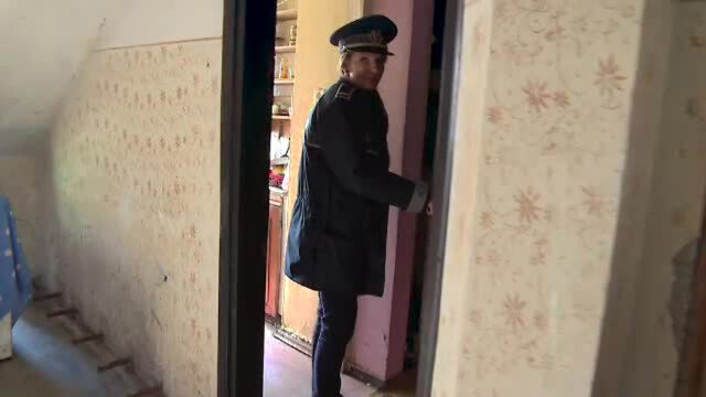 politista ancheteaza mort in casa Targu Jiu