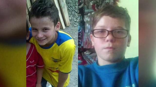 Cei doi baieti care s-au inecat in raul Tarnava au fost condusi pe ultimul drum. Sute de oameni au participat la slujba