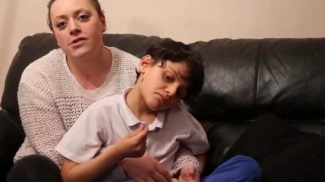 O boala extrem de rara il determina pe un baiat de 10 ani sa manance orice in afara de mancare. La ce a recurs mama lui