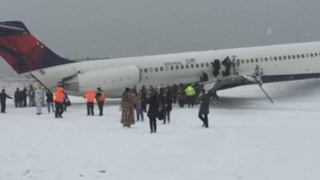Un avion cu 130 de pasageri la bord a derapat si a iesit de pe pista, pe aeroportul new-yorkez LaGuardia