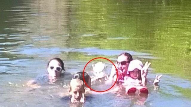 Poza din Australia care a inspaimantat o familie. Ce apare in spatele celor din apa