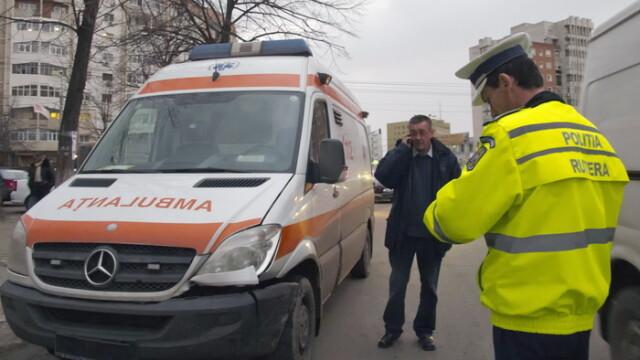 O ambulanta din Constanta, aflata in misiune, implicata intr-un accident cu alte trei autoturisme. Un sofer a fost ranit