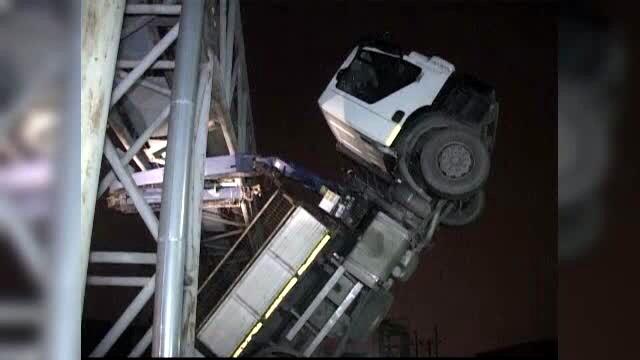 Pericol de explozie pe autostrada Bucuresti-Pitesti. Un camion cu macara a agatat o teava de gaze suspendata