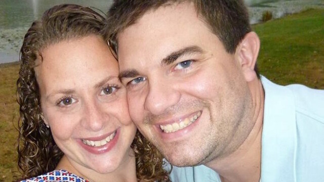 Ce a descoperit un cuplu cand s-a uitat la o caseta video din copilaria barbatului: \