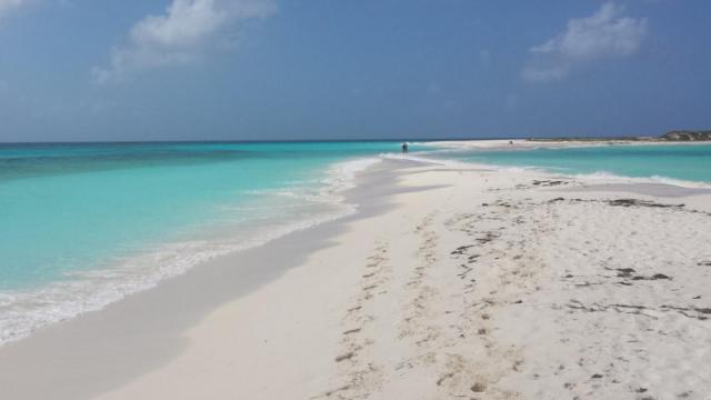 Care este cea mai frumoasa plaja din lume. O insula ce apartine Spaniei, in top 10 preferinte ale turistilor in 2016 - Imaginea 5