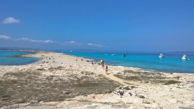 Care este cea mai frumoasa plaja din lume. O insula ce apartine Spaniei, in top 10 preferinte ale turistilor in 2016 - Imaginea 7