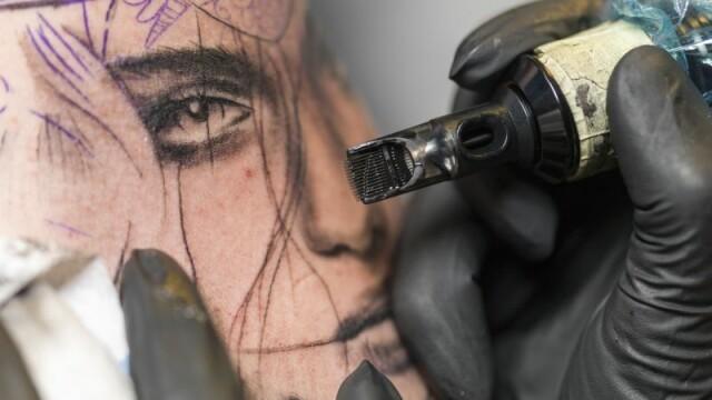 Are chipul plin de tatuaje, iar oamenii o privesc ciudat pana ii afla povestea emotionanta. Ce ascund desenele de pe fata ei