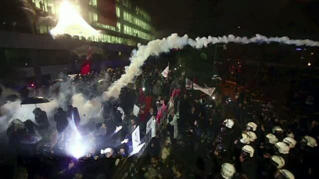 Sediul cotidianului Zaman, ostil presedintelui Recep Erdogan, luat cu asalt de politia turca. Reactia imediata a populatiei