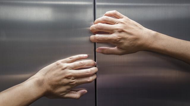 O femeie a cazut de la o distanta de 3 metri, in casa liftului, intr-un supermaket din Ploiesti. Cum s-a produs incidentul
