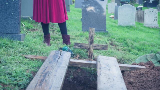 A fost anuntat ca sotia lui a murit, iar el s-a ocupat de inmormantare. Dupa 2 ani, a avut un soc cand s-a uitat la televizor