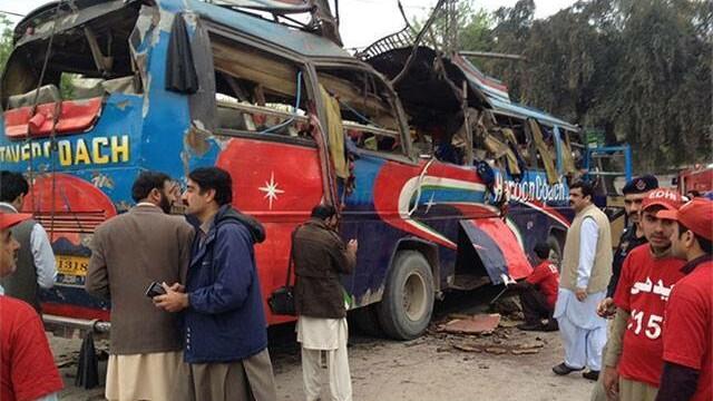 Cel putin 16 angajati ai guvernului Pakistanez, ucisi in explozia unui autobuz. Deflagratia, provocata de o bomba de 4 kg