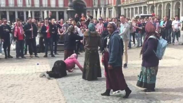 Patru romance, de etnie roma, care cerseau in Madrid, au fost umilite de suporteri olandezi. Cine le-a sarit in ajutor. VIDEO