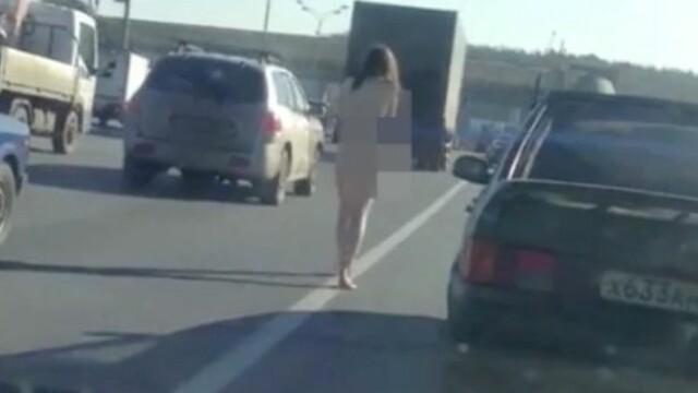 O rusoaica s-a plimbat goala pe o autostrada aglomerata, la temperaturi sub 0 grade. Imaginile socante surprinse in trafic