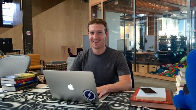 Mark Zuckerberg la laptop