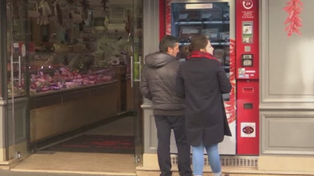 Automat cu produse din carne, la Paris. Motivul pentru care proprietarii au instalat aparatul in fata macelariei lor