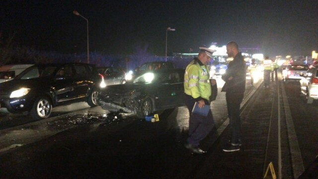 Trei autoturisme, implicate intr-un accident pe DN1, la Pasaj Baneasa. O masina s-a rasturnat