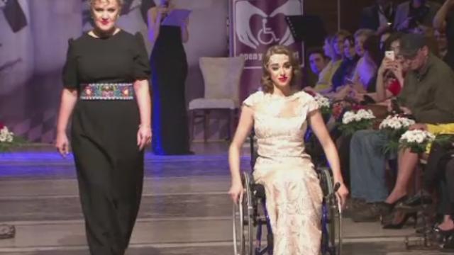 Tinere in scaun cu rotile au defilat pe podium, in tinutele unor designeri. \