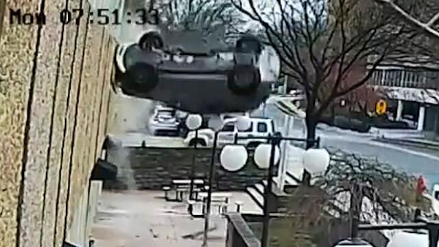 Accident filmat de camera de supraveghere. Cum a reusit o soferita sa plonjeze cu masina de la etajul 4 al parcarii. VIDEO