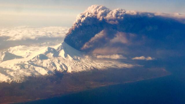 Un pasager a surprins din avion momentul in care vulcanul Pavlo a erupt, in Alaksa. Cenusa a ajuns la 6000 de metri inaltime