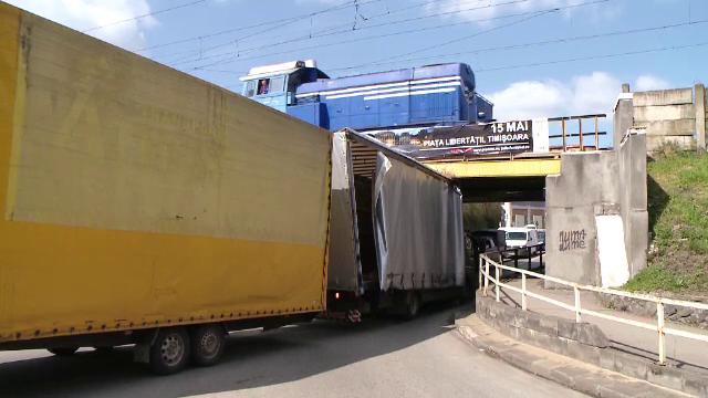 TIR ramas blocat sub un pasaj de cale ferata, in Timis. Ce a ignorat soferul si cum s-a rezolvat situatia