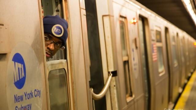 Incident socant la metroul din New York. Un calator a dat nas in nas cu un sobolan. VIDEO