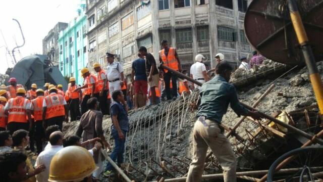 Tragedie in India, dupa ce o pasarela s-a prabusit. CNN: Sunt 22 de morti si 75 de raniti. Ampla operatiune de salvare - Imaginea 1