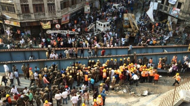 Tragedie in India, dupa ce o pasarela s-a prabusit. CNN: Sunt 22 de morti si 75 de raniti. Ampla operatiune de salvare - Imaginea 2