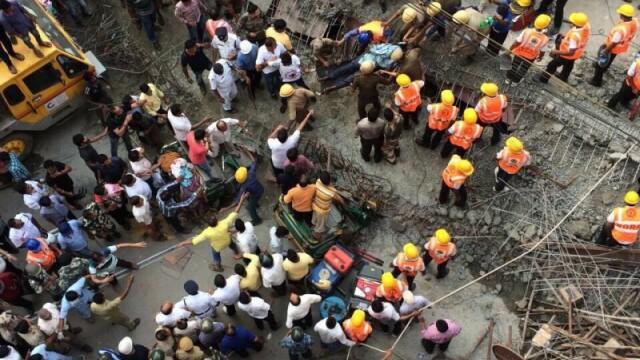 Tragedie in India, dupa ce o pasarela s-a prabusit. CNN: Sunt 22 de morti si 75 de raniti. Ampla operatiune de salvare - Imaginea 3