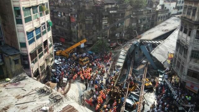 Tragedie in India, dupa ce o pasarela s-a prabusit. CNN: Sunt 22 de morti si 75 de raniti. Ampla operatiune de salvare - Imaginea 4