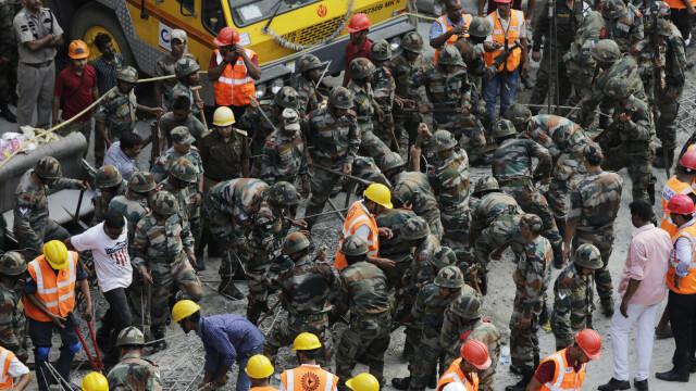 Tragedie in India, dupa ce o pasarela s-a prabusit. CNN: Sunt 22 de morti si 75 de raniti. Ampla operatiune de salvare - Imaginea 5