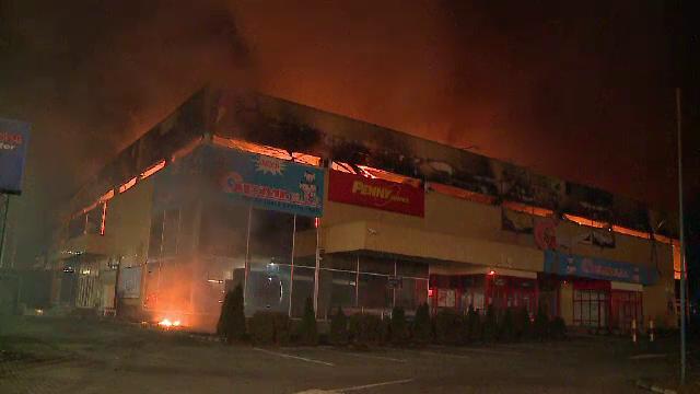 Incendiul care a distrus un centru comercial din Arad a fost cauzat de un scurtcircuit; cladirea este asigurata