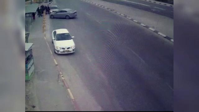 O adolescenta din Palestina a fost filmata in timp ce a intrat cu masina in militari israelieni. Barbatii au folosit armele