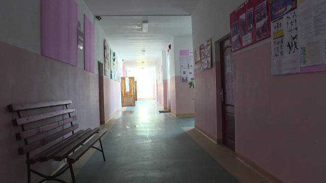 Profesor din Bistrita Nasaud acuzat ca a lovit o eleva de 14 ani in fata cabinetului directoarei. Cum se apara acesta