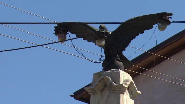 Monument istoric ce reprezinta un vultur, devenit stalp de iluminat public, in Prahova. \