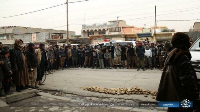 Jihadistii ISIS au executat public, cu pietre, un barbat, din Mosul, pe motiv ca era gay