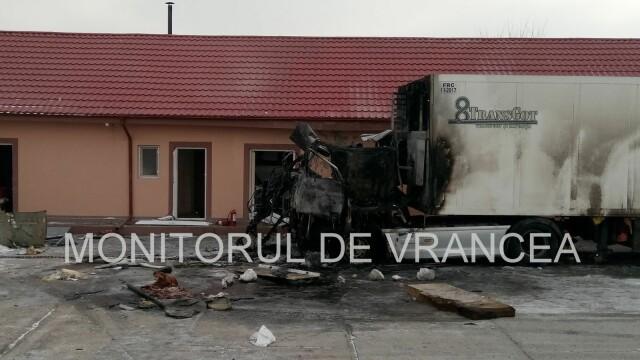Două persoane cu arsuri pe toată suprafața corpului după ce un TIR a luat foc