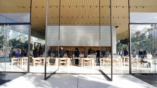 Situație neobișnuită la centrul Apple din California. Oamenii intră prin geamuri, rănindu-se