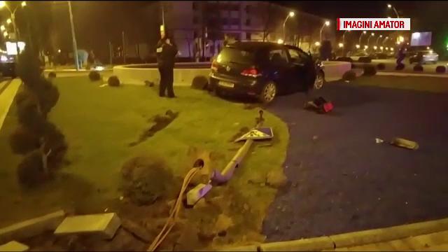 A rupt un semafor și a intrat într-o fântână. Manevra neinspirată a unui șofer