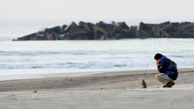 7 ani de la tsunamiul devastator din Japonia. Oamenii depun flori pe plajă, în memoria victimelor