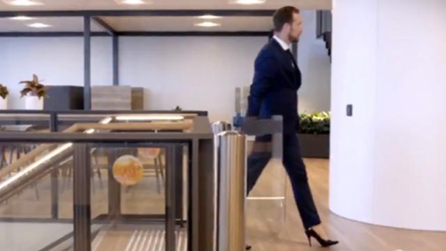 """Corporatistul care merge la muncă pe tocuri de 15 centimetri: """"Mă simt încrezător și invincibil"""""""