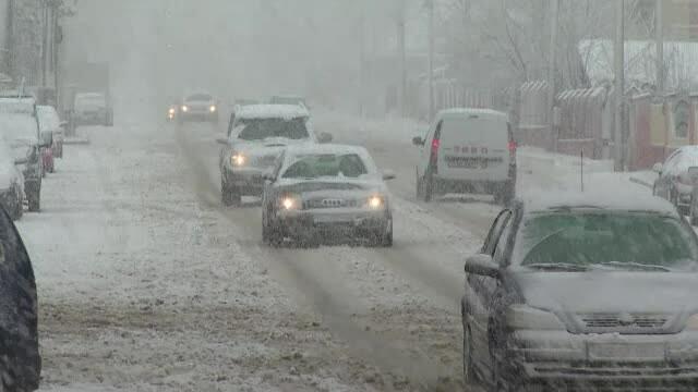ninsoare pe strada in Pitesti