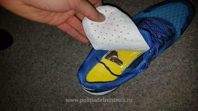 Tânăr din Moldova, oprit la frontieră pentru că se purta ciudat. Ce avea în pantofi