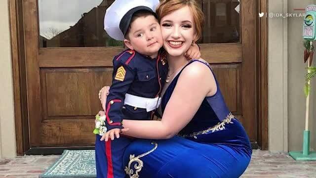 Un băiețel de doi ani a însoțit-o la balul de absolvire pe iubita fratelui său. Ce a pățit tânărul