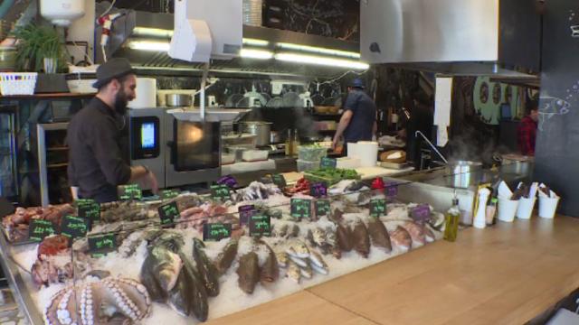 Fish barurile se înmulțesc în România. Clienții aleg peștii și îi primesc apoi gătiți